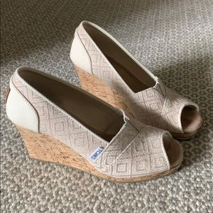 Very good condition TOMS wedges in neutral print